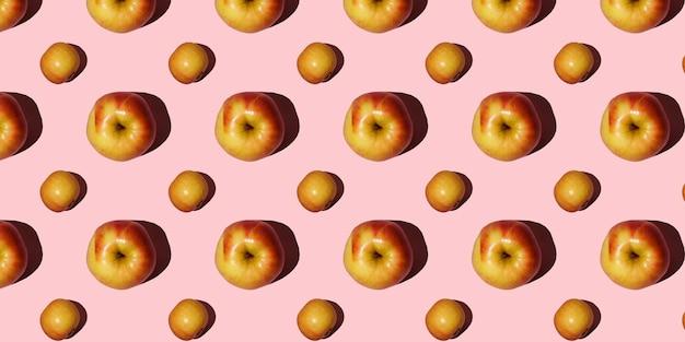 Яблочный образец. вкусные красные яблоки на оранжевом или кораллово-розовом фоне.