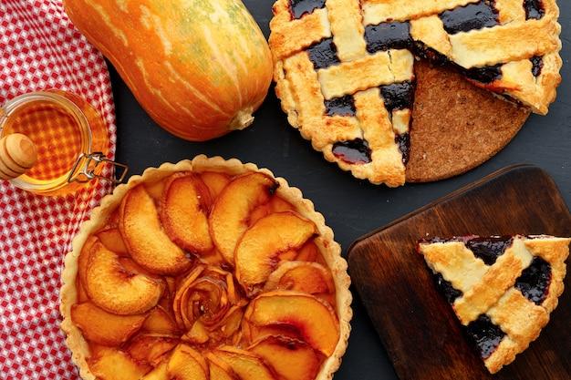Яблочный пирог и ягодный пирог осенняя композиция