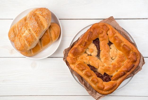 사과 파이 및 밝은 배경에 신선한 빵. 복사 할 공간에있는 평면도.