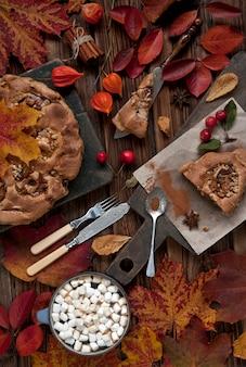 アップルパイ、マシュマロと明るい紅葉のコーヒー
