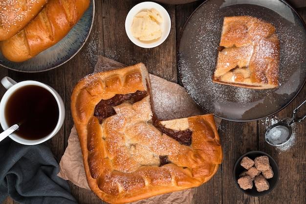 사과 파이, 신선한 롤과 갈색 나무 배경에 차.