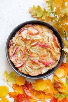 Макет яблочного пирога и осенние листья вид сверху статья про осень статья про выпечку