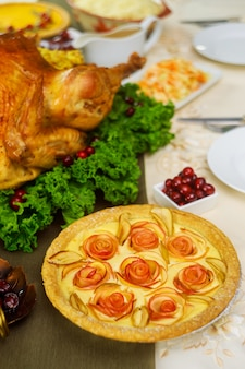 추수 감사절 칠면조와 함께 축제 테이블에 애플 파이.