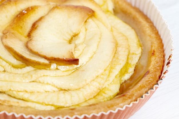 흰색 나무 표면에 사과 파이