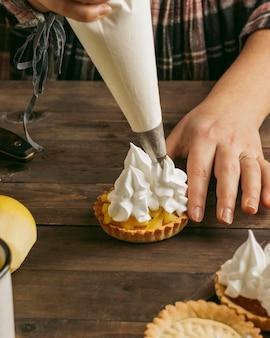 Яблочный пирог со взбитыми сливками Бесплатные Фотографии