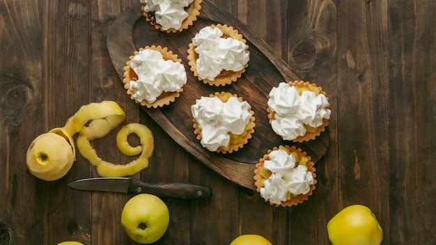 Яблочный пирог со взбитыми сливками