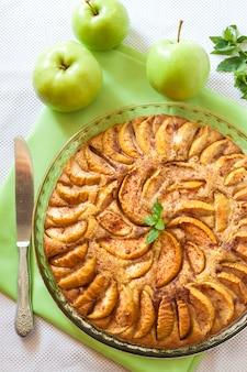 Яблочный пирог с корицей и молотым миндалем