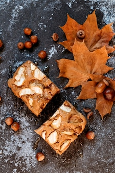 Яблочный пирог с медом. осенняя композиция, уютное домашнее время.