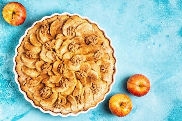 Яблочный пирог с грецкими орехами и корицей