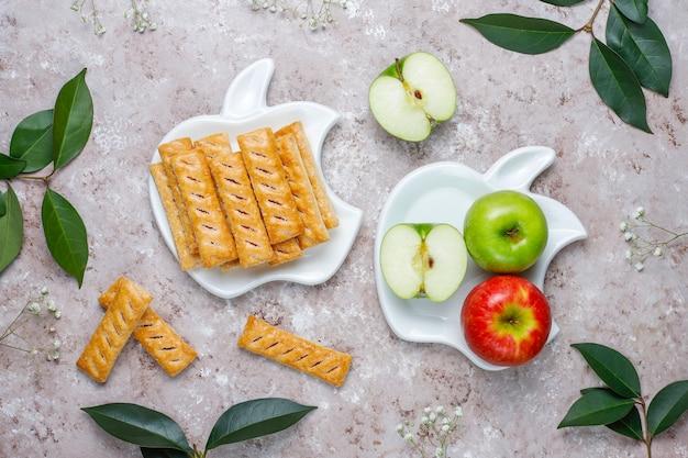 新鮮なリンゴとリンゴの形のプレートでアップルパイクッキー