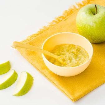 テーブルの上の赤ちゃんのためのリンゴのピューレ