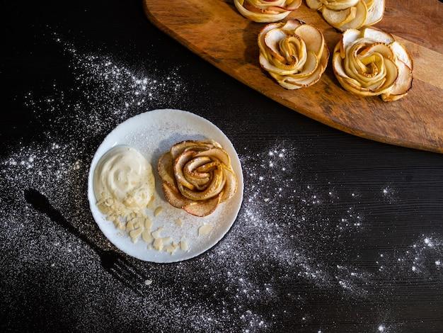 ホイップクリームとアーモンドの花びらを添えたアップルローズアップルバンズ