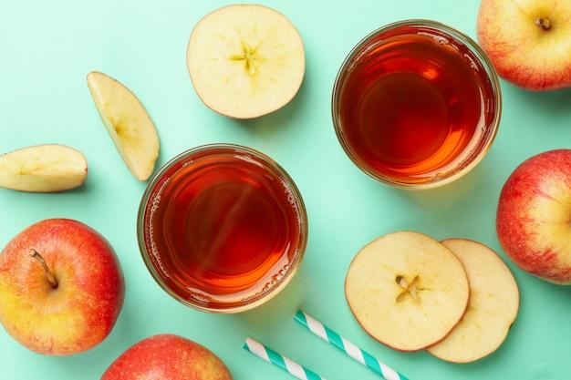 ミントにリンゴスライス、ストロー、リンゴジュースのグラス