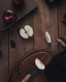 Fette di mela sulla tavola di legno, vista dall'alto