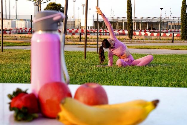 Яблочно-клубничный банан и бутылка воды для здорового питания