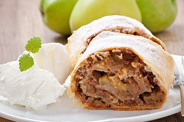 アイスクリームとリンゴのシュトルーデル