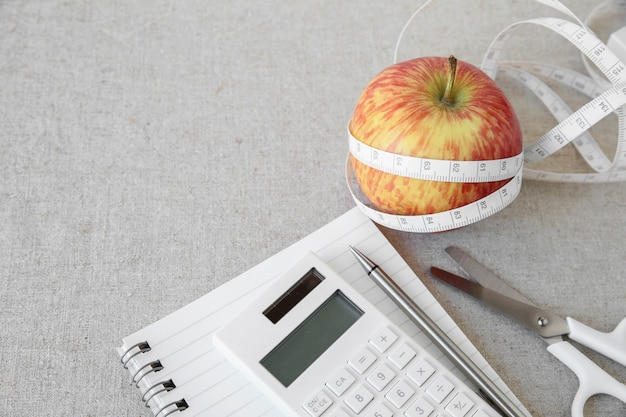 Apple, рулетка, блокнот и калькулятор фон для плана диеты, план потери веса