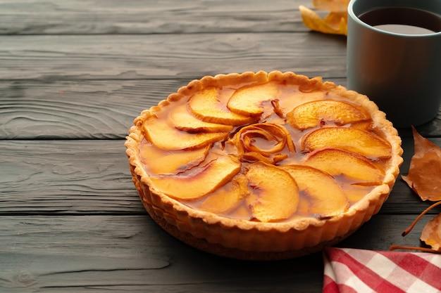 木製のテーブルで感謝祭のお祝いのためのアップルのタルトパイをクローズアップ