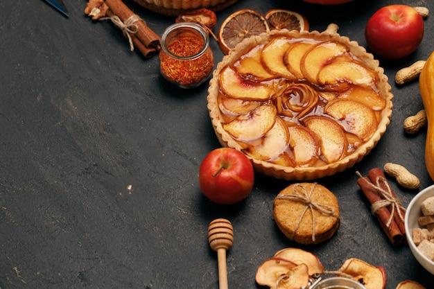 黒い表面のリンゴのタルトパイのクローズアップ写真