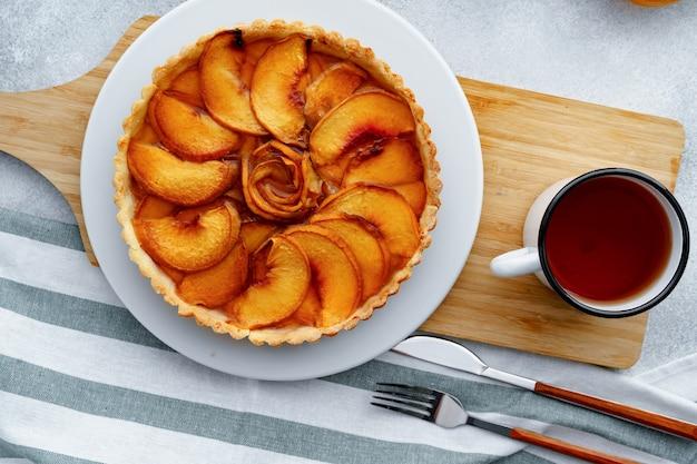 木の板にリンゴのタルトパイ