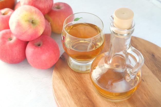 테이블에 신선한 녹색 사과와 유리 병에 사과 식초