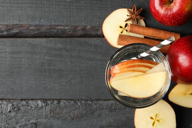 リンゴ、水、木材、上面にシナモン
