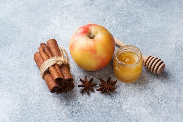 シナモンと蜂蜜とリンゴ。健康的な食事のコンセプト。コピースペース