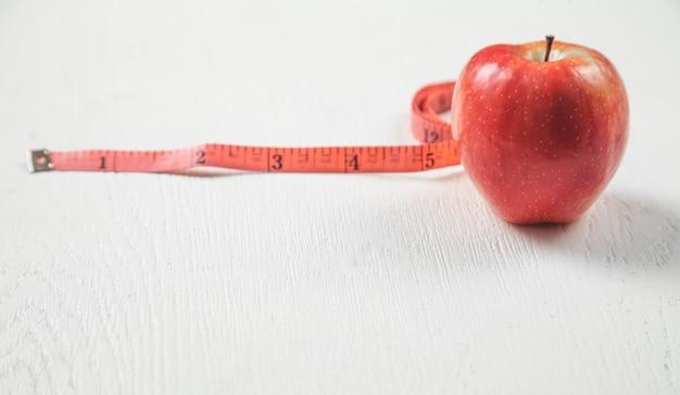 測定テープ付きアップル。健康食品、ダイエット。減量