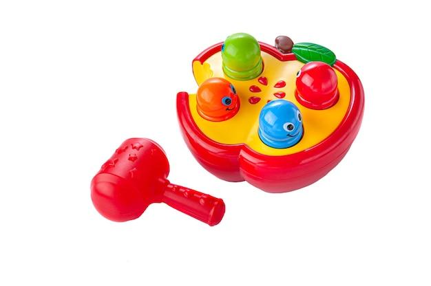 ワームとリンゴ。子供のためのハンマーゲーム。教育玩具モンテッソーリ。素材はプラスチックです。白色の背景。閉じる。