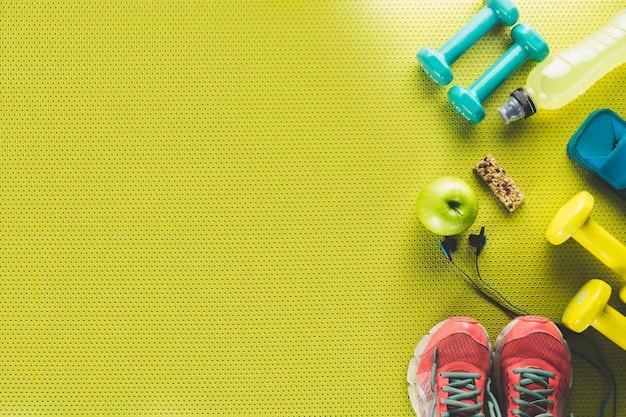 Apple и энергетический бар возле спортивных вещей