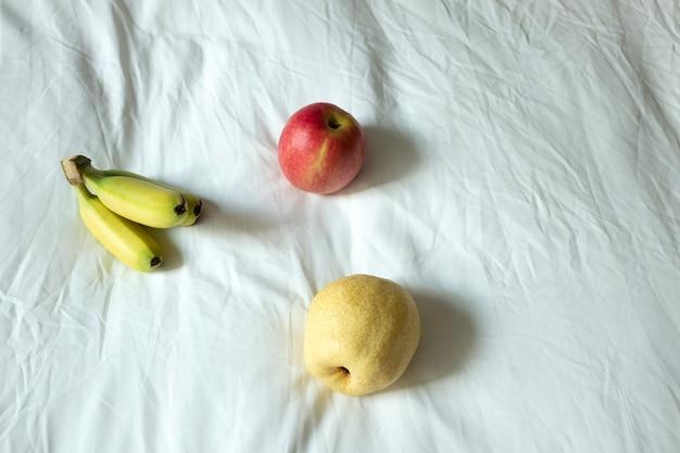 リンゴと白いシーツにバナナ