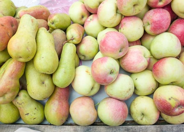 りんごと梨はパビリオンの市場で売られています。バスケットの果物リンゴ梨甘いエコ食品果物市場健康的なライフスタイルの背景店の品揃え