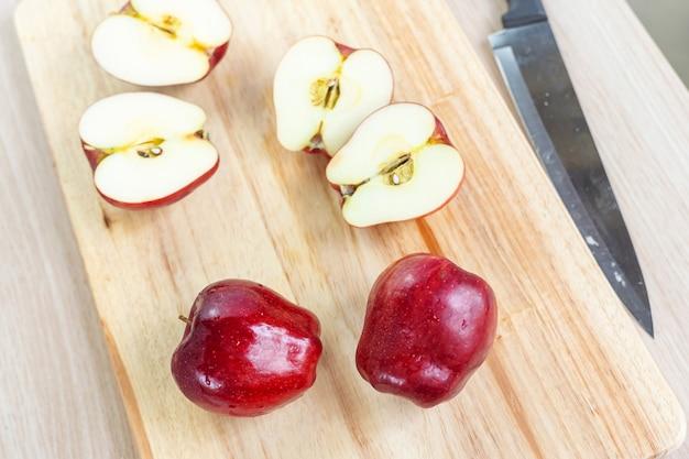 木製のまな板にリンゴとスライス。