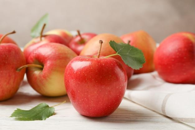 リンゴと白い木製のテーブルの上のタオル