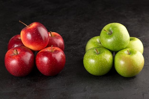신선한 부드러운 맛있는 완벽한 빨강 및 녹색 사과의 사과 무리