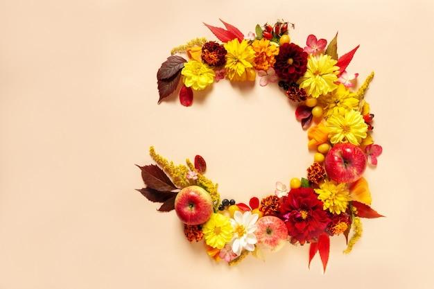 リンゴ、ダリア、マリーゴールド、ルドベキアの花、蜂蜜。 roshhashanahユダヤ人の新年のコンセプト。上面図、クローズアップ、パステルトーンの背景にスペースをコピーします。