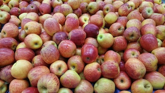 スーパーマーケットで販売されているリンゴ。