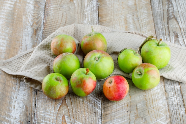 木製とキッチンタオルのりんごハイアングル