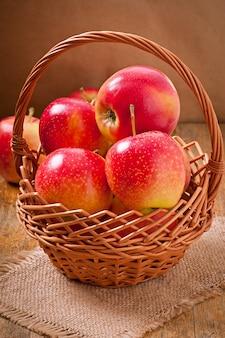 木の表面にバスケットのりんご