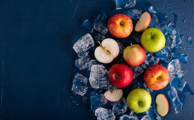 Яблоки во льду на синем фоне