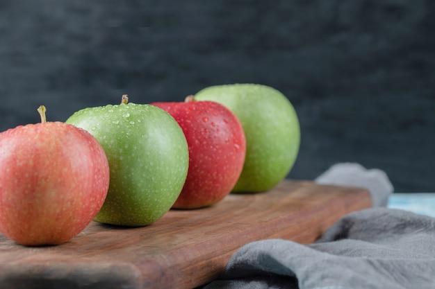 素朴な木製のまな板に分離されたリンゴ