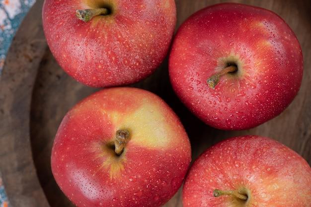 素朴な木製の大皿に分離されたリンゴ