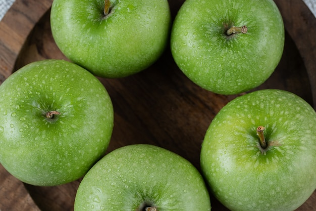 소박한 나무 접시에 고립 된 사과