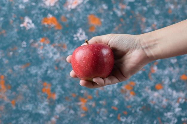 青のテクスチャに分離されたリンゴ。