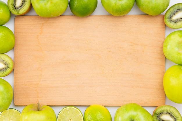 Disposizione di mele e kiwi