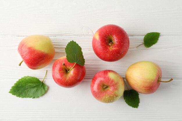 白い木製のテーブルの上のリンゴ