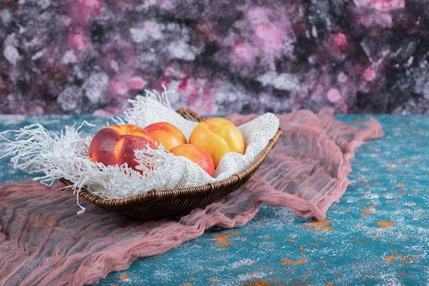 白い黄麻布の木のバスケットにリンゴ。
