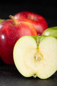 사과 빨강과 녹색 부드러운 익은 달콤한 과일 회색에 고립