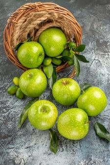りんごはかごの中の食欲をそそる青リンゴをロープで縛ります