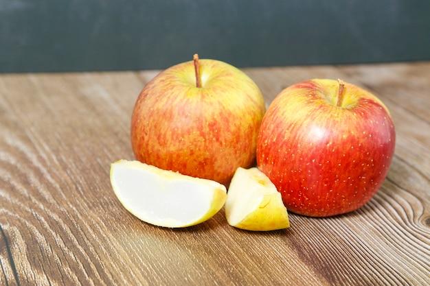 Яблоки, вид сверху с двух частей на деревянном столе
